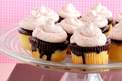 Chocolate Covered Strawberry Cupcakes – Happy 1 Year Blogaversary