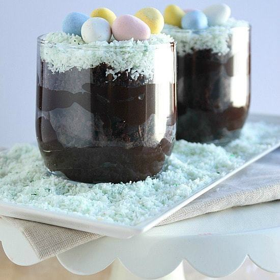 Healthy(er) Spring Dirt Cups - a childhood favorite dessert without as much of the processed stuff. www.happyfoodhealthylife.com
