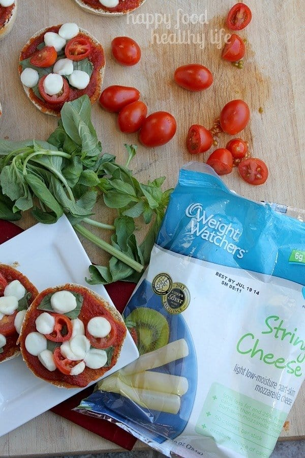 Healthy Mini Margherita Pizzas - a quick and easy snack or dinner when you're short on time. www.happyfoodhealthylife.com #weightwatchers #ad