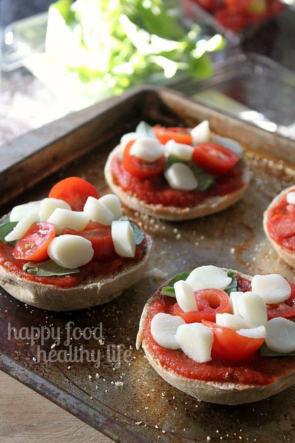 Healthy Mini Margherita Pizzas - a quick and easy snack or dinner when you're short on time. www.happyfoodhealthylife.com #vegetarian #healthy #easydinner