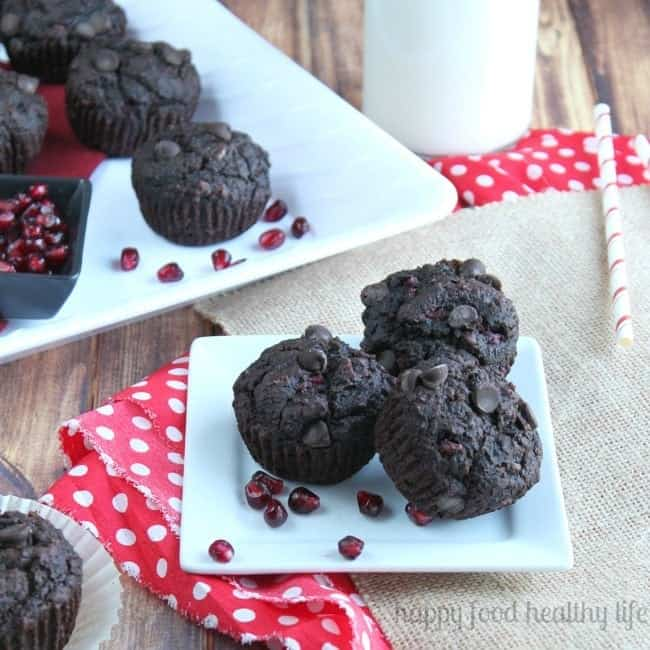 Chocolate Pomegranate Muffins - a super healthy snack packed with a ton of ingredients, including a secret one that even your pickiest eater won't notice. www.happyfoodhealthylife.ciom