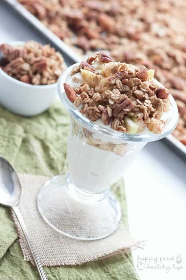 Healthy Apple Pie Crunch Parfait - wish you could eat apple pie every day? Well, with this healthy snack option, it will feel like you are! Perfect for breakfast, mid-afternoon, or a late night snack to calm your sweet-tooth | Happy Food Healthy Life